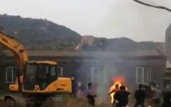 违规养殖场被拆老板抱村主任自焚