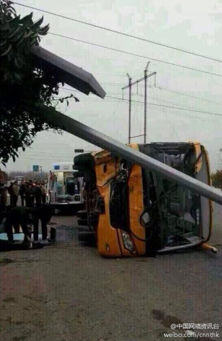 山东青岛一校车发生车祸侧翻 校车司机死亡