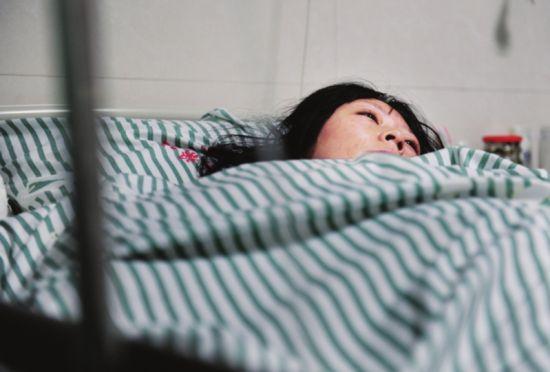 女子为患尿毒症丈夫捐肾 手拉手进入手术室
