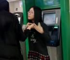 女子霸占ATM化妆