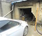 轿车撞破墙冲进民房内