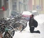 东北男子雪中跪2小时