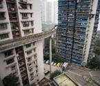 """""""任性""""天桥横穿13层居民楼"""