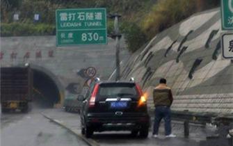 男子在高速紧急停车带小解