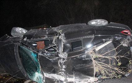 南充境内小轿车侧翻 致一人死亡