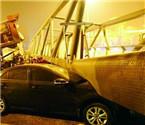 沈阳一过街天桥被翻斗车撞塌