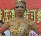 模特穿百万黄金婚纱走秀
