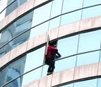 男子爬出10楼窗台欲跳楼