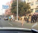 裸身哥闹市拦车引围观