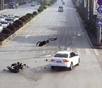 男子骑车闯红灯被撞飞