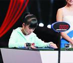 女孩3秒能记52张扑克牌