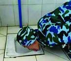 大学生跪舔厕所