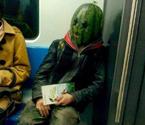 西瓜哥戴西瓜头套乘地铁被警察带走
