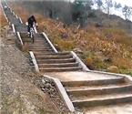 重庆老师骑车俯冲万步梯