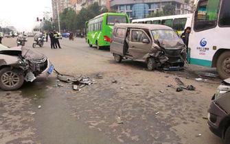 自贡面包车爆胎致8车相撞 5人受伤
