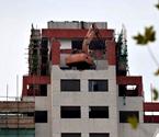 拆迁楼顶惊现挖掘机