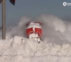 火车头冲过积雪奋力前行