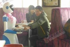 张家口一餐馆现机器人服务员 穿女仆装围丝巾