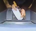 男子拿菜刀拆卸ATM机