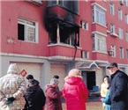 小区二楼着火熏倒三人