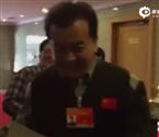 黄宏遭记者围堵 微笑拒访