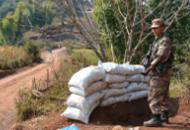 解放军在中缅边境戒备 构筑工事设立难民营
