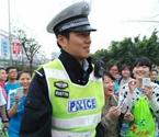 帅气交警遭众女子围拍