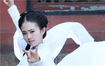 武汉美女cos小龙女白裙照神似刘亦菲