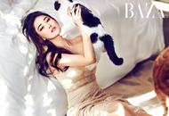 张馨予床上写真亲昵猫咪