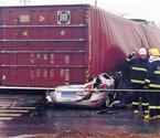 货车拍扁小轿车 司机身亡
