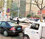 环卫车当街为私家车洗车
