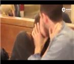女子纽约火车站抓陌生人亲吻
