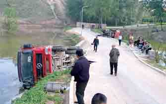 两辆货车翻入郑州西流湖 车主:路太赖