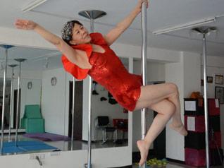 65岁老太玩转钢管舞技艺娴熟
