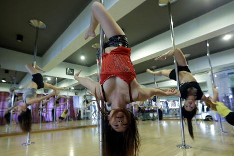 图片故事:武汉钢管舞女孩