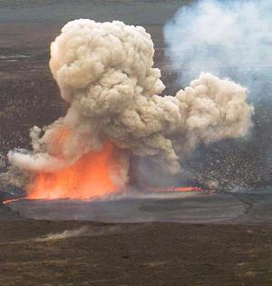 夏威夷火山口崩塌 熔岩爆炸壮观
