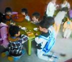 幼儿园孩子跪着吃早餐