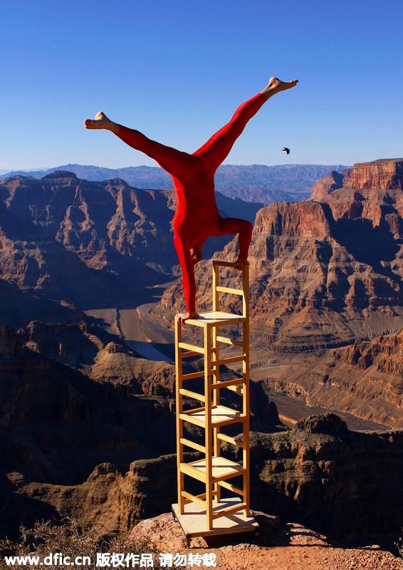 挪威艺术家在世界之巅表演平衡倒立。