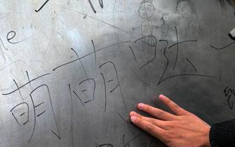 《郑州宣言》雕塑沦为游客涂鸦板