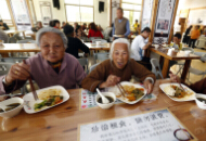 夫妇开餐厅 免费为顾客提供午餐