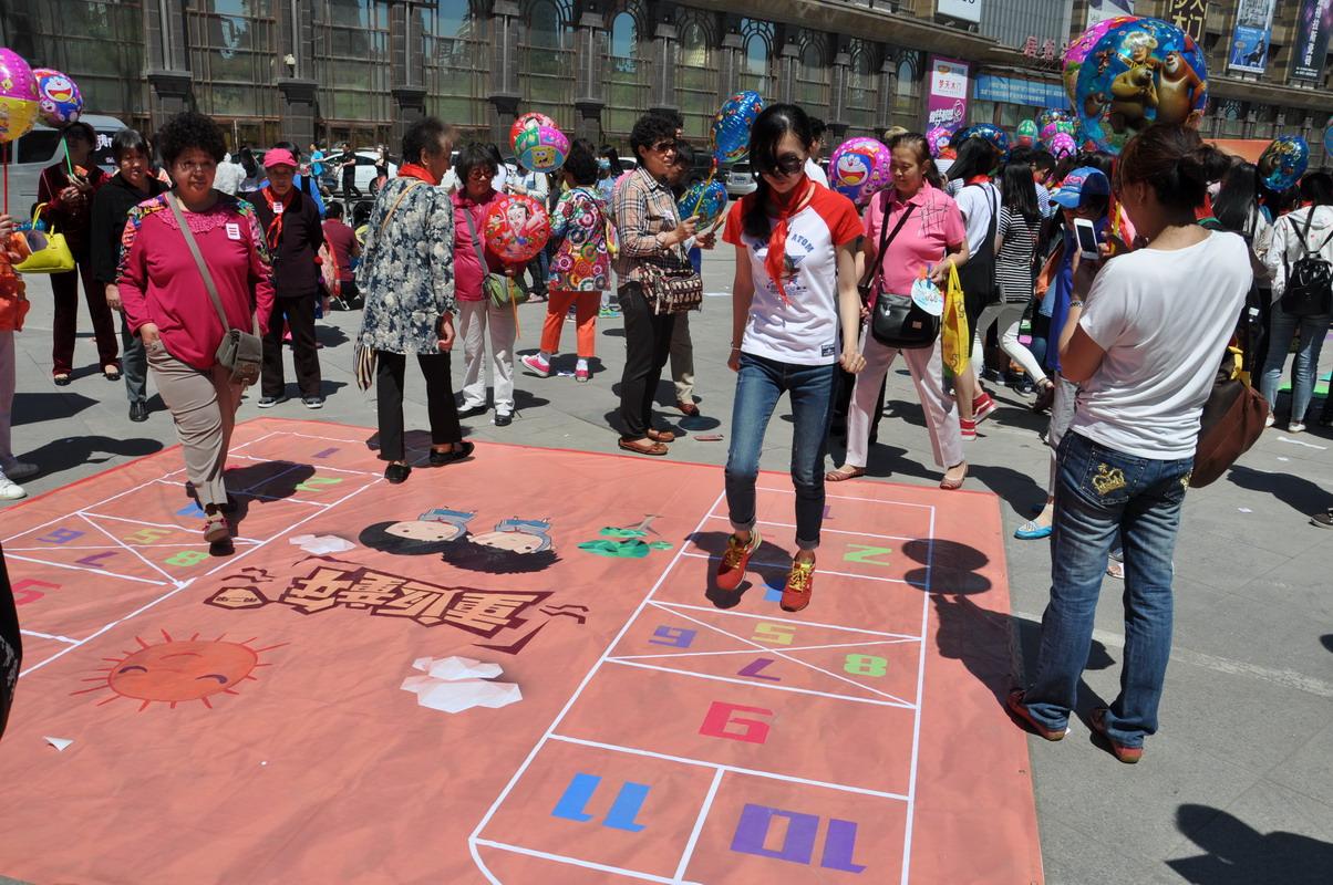 新浪黑龙江重返童年 跳房子比赛