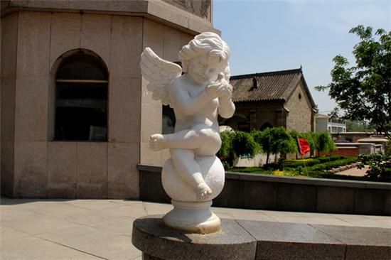 走廊上的小天使雕塑图片
