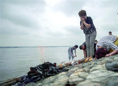 东方之星客船翻沉事件昨日头七 家属在长江边哀悼亲人