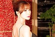 柳岩黑纱裙秀美背吸睛