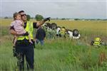 2岁女童父亲出车祸丧生 暖心警察抱她唱歌抚慰