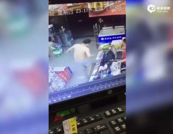 监拍男子超市遇老鼠一脚踢飞 网友赞国足有救