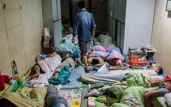 郑大一附院床位难求 睡客挤满走廊