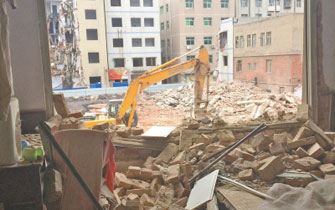 郑州拆楼邻楼窗户被砸塌 男孩被吓失忆