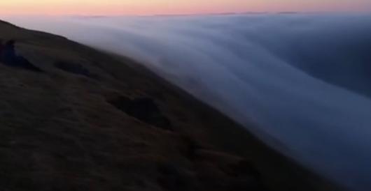 """实拍冰岛男子捕捉到""""浓雾瀑布""""罕见奇观"""