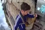 实拍外国小伙第一视角拍摄华山栈道漫步